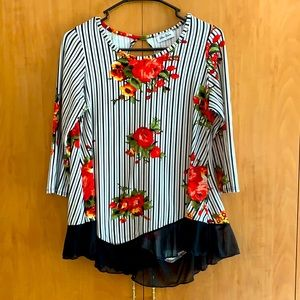 Star Vixen M red white black floral 1/2 sleeve top
